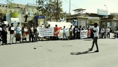 تعز..احتجاجات تندد بتدهور الوضع الصحي وتطالب بإقالة رئيس هيئة مستشفى الثورة