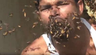 """شاهد- فيديو صادم لرجل """"يأكل"""" آلاف النحلات حية!"""