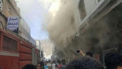 اندلاع حريق هائل في مول تجاري بمدينة إب