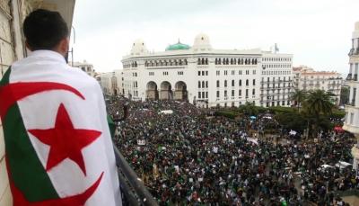 """الجزائريون يصرون على مواصلة التظاهر لإسقاط """"النظام"""" رغم استقالة بوتفليقة"""