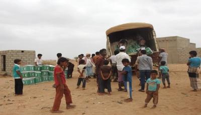 """مركز الملك سلمان للإغاثة يوزع مساعدات غذائية عاجلة في """"عبس"""" بـ""""حجة"""""""