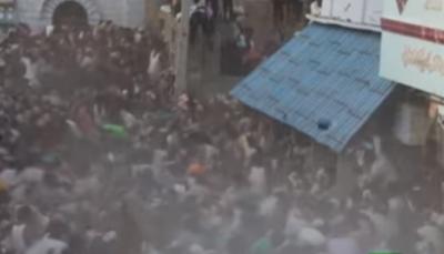 """شاهد- """"عراك"""" جماعي في الهند باستخدام مخلفات البقر"""