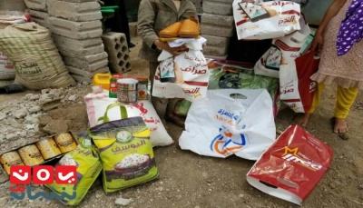 صنعاء: مبادرة شبابية توزع 90 سلة غذائية وملابس لأسر نازحين فقراء