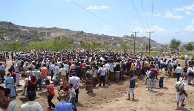 """تعز.. تشييع جثمان ضابط الأمن """"الحميدي"""" إلى مقبرة الشهداء"""
