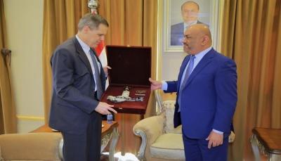 """بن مبارك يلتقي السفير الأمريكي الجديد لدى اليمن واليماني يودع """"ماثيو تولر"""""""