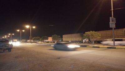 شبوة: جنود ينصبون قطاع للناقلات المتجهة إلى مأرب للمطالبة بصرف رواتبهم