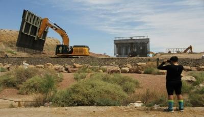 مناصرون لترامب يباشرون بناء جدار خاص عند الحدود مع المكسيك