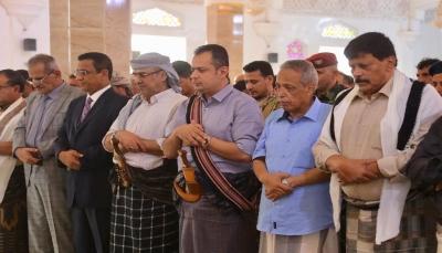 """رئيس الحكومة يؤدي صلاة """"عيد الفطر"""" مع جموع المصلين في العاصمة المؤقتة (عدن)"""