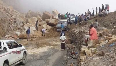 """إعادة فتح طريق """"تعز- عدن"""" بعد ساعات من إغلاقه بسبب تساقط الصخور"""