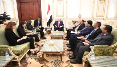 """بحضور نائبه..الرئيس هادي يلتقي مسؤولة أممية لبحث """"تجاوزات غريفيث"""""""