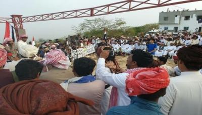قبائل المهرة تنفذ اعتصاما مفتوحا أمام منفذ صرفيت رفضا لتواجد القوات السعودية