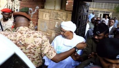 """ظهور الرئيس السوداني السابق""""عمر البشير"""" لأول مرة منذ الإطاحة به (صور)"""