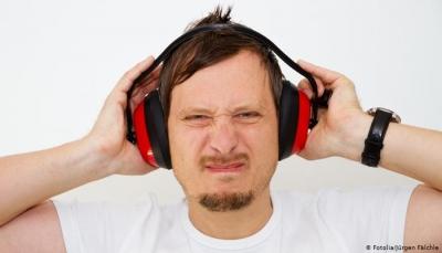 تعرف على مخاطر سماعات الهواتف على حاسة السمع