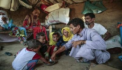 مسؤول أممي: الحوثيون يمنعون دخول شحنات غذائية تكفي لإطعام 100 ألف أسرة