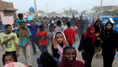 الشرطة السودانية تطلق الغاز المسيل للدموع لتفريق متظاهرين في مليونية الخرطوم