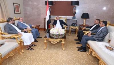 """نائب الرئيس يلتقي """"البركاني وباصرة"""" ويؤكد ضرورة تفعيل البرلمان لإنهاء الانقلاب"""