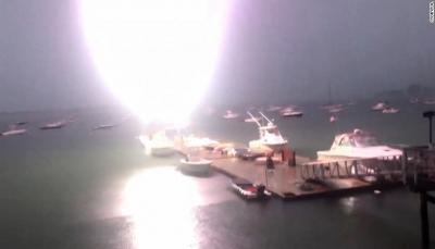 صاعقة قوية تضرب قارباً وتتسبب في حرقه (فيديو)