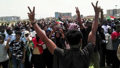 """الشرطة تطلق الغاز المسيّل للدموع لتفريق مسيرات """"لتأبين شهداء"""" الثورة في الخرطوم"""