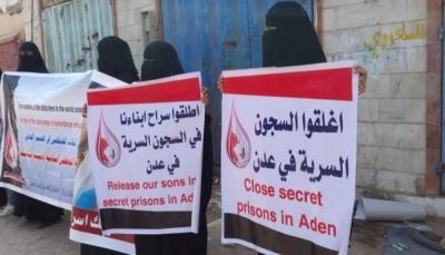 15 معتقلا في عدن يعلنون الإضراب وأمهات المختطفين تطالب بإطلاق سراحهم