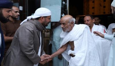 وزير الأوقاف يستقبل أول فوج من الحجاج اليمنيين بمكة المكرمة