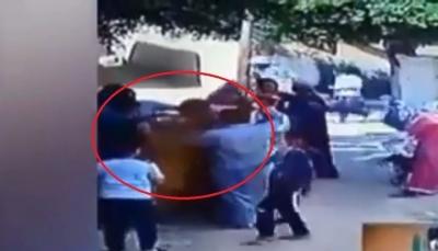 فيديو مروع لشاب يشعل النار بجسد والده ويلاحقة في الشارع