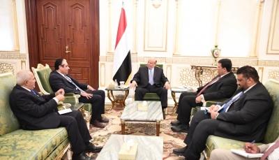 عقب اعلان اعتزامة الاستقالة.. الرئيس هادي يلتقي محافظ البنك المركزي ونائبة