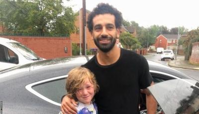 محمد صلاح يطمئن على مشجع صغير أصيب أثناء ملاحقة سيارته