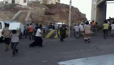 مليشيا الانتقالي الإماراتي تنهب مخازن تجارية في عدن