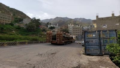 ميليشيا الانتقالي الإماراتي تنقل آليات عسكرية منهوبة من معسكرات الحكومة إلى خارج عدن