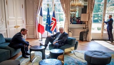 جونسون يضع قدمه على طاولة بقصر الاليزيه اثناء لقاءه الرئيس الفرنسي (فيديو)