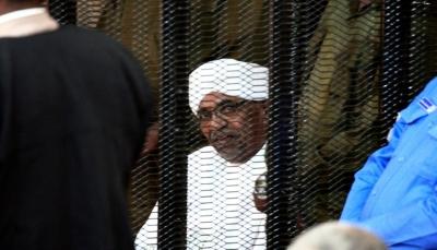 الرئيس السوداني المعزول يمثل امام المحكمة ومحاموه يطالبون بالإفراج عنه بكفالة