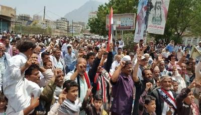 مظاهرة في تعز تطالب الحكومة برفض الحوار مع الانتقالي وطرد الإمارات