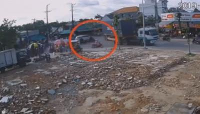 سائق دراجة ينجو بأعجوبة من حاوية كادت تسحقه (فيديو)