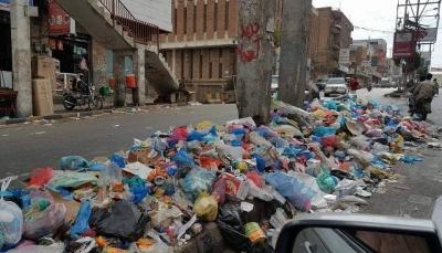 تعز: النفايات تغرق شوارع المدينة بسبب إضراب عُمال النظافة عن العمل