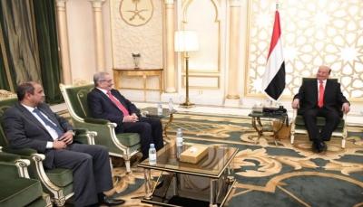 الرئيس هادي يوجه قيادة البنك باتخاذ الإجراءات اللازمة للحد من تراجع سعر العملة