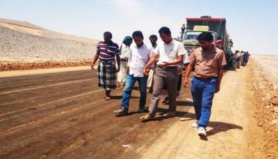 """محافظ شبوة يشكل لجنة هندسية للرقابة على """"مشاريع الطرق"""" بصلاحيات كاملة"""