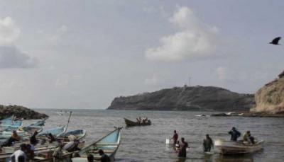 سقطرى: السلطة المحلية تعلن فقدان سفينة تقل 55 شخصاً بينهم 8 أسر
