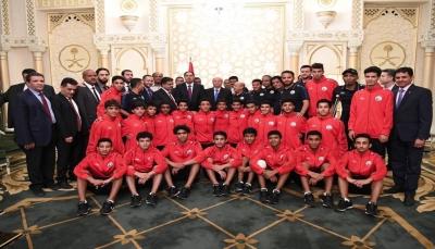 الرئيس هادي يكرم المنتخب الوطني للناشئين والجهازين الفني والإداري