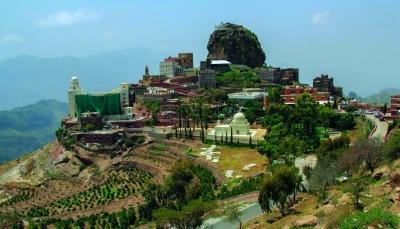 """تبدو مبنية فوق السحاب.. تعرف على قرية """"الحطيب"""" اليمنية (فيديو)"""