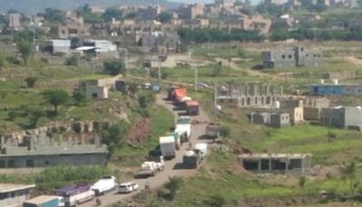 """لجنة حكومية تفتح طريق """"التربة- تعز"""" بعد ثلاثة أيام على إغلاقها"""