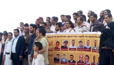 """منظمة حقوقية تكشف عن """"تدهور مريع"""" لحالات الصحفيين المختطفين لدى الحوثيين"""