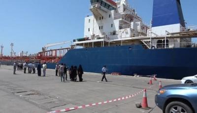 """إستجابة لطلب """"غريفيث"""".. الحكومة تسمح بدخول 4 سفن مشتقات نفطية لميناء الحديدة"""