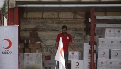 """الهلال الأحمر التركي يوزع 300 سلة غذائية على نازحين بـ""""عدن"""""""