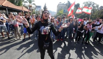 لبنان.. المتظاهرون يرفعون سقف مطالبهم وبوادر أزمة خبز