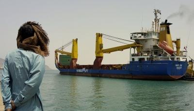 لدواعٍ إنسانية.. الحكومة تعلن السماح بدخول عدد من السفن النفطية إلى ميناء الحديدة