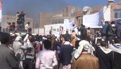 تعز: تظاهرة تندد بمقتل جندي في سجن الاستخبارات السعودية