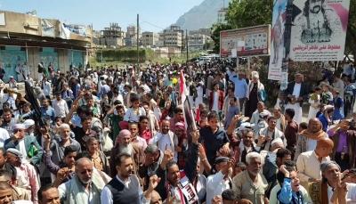 """تعز: المئات يطالبون بمحاسبة المسؤولين """"الفاسدين"""" وعزلهم من مناصبهم"""