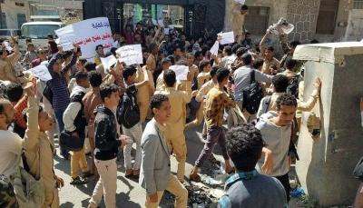 تعز: تظاهرة طلابية للمطالبة بإخلاء مدرسة باكثير من قوات الجيش