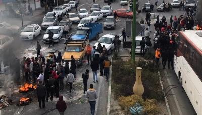 احرقوا صور خامنئي.. قتلى بإيران خلال احتجاجات رفع أسعار الوقود وإغلاق الحدود مع العراق (فيديو)