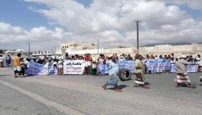 """وقفة احتجاجية تندد بالسطو على أرضية مخصصة لبناء مدرسة في """"المكلا"""""""